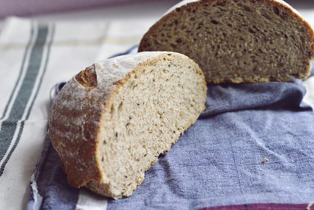 Pan de centro y trigo con semillas de alcaravea