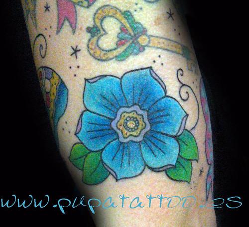 Tatuaje flor tradicional Pupa Tattoo, Granada by Marzia PUPA Tattoo