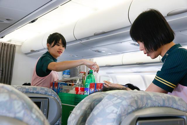 長榮航空 Hello Kitty 空姐送飲料