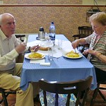 Jakob und Elisabeth Müller aus Singen nach ihrer Ankunft beim Mittagessen im Heimathaus. Sie sind von der Busfahrt noch etwas mitgenommen und haben ihre alte Heimat nach über 20 Jahren kaum noch erkannt.