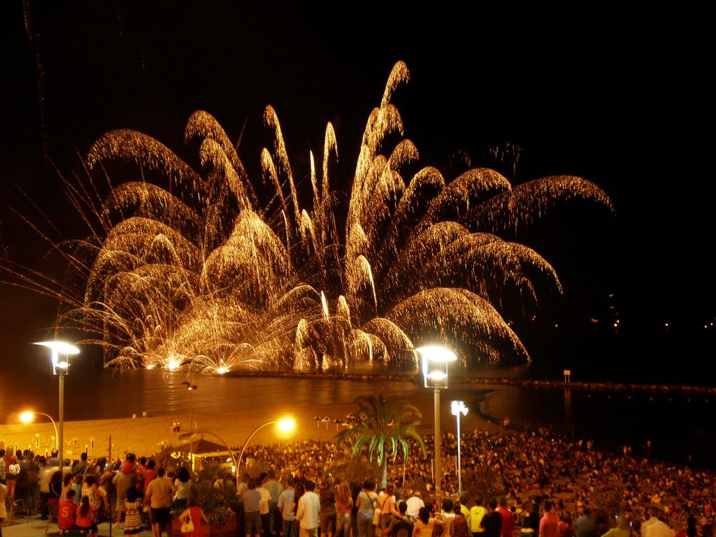 Castillo de fuegos artificiales en la noche mágica. Autor, Bruno Zaragoza