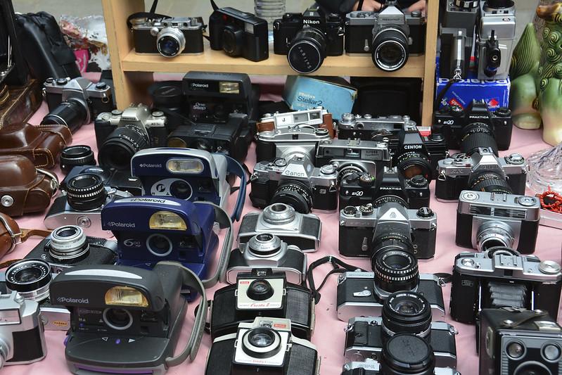 Vieux appareils photos argentiques sur le marché de Portobello Road à Londres. Photos de Martin Pettitt @ Flickr