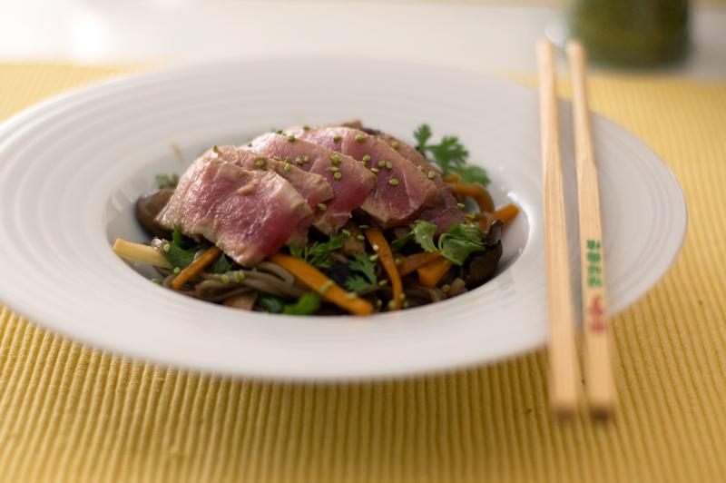 Atum braseado com soba e legumes