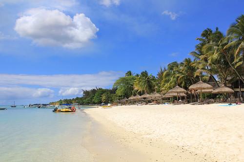 ocean sea beach palms boats island maurice indianocean ile shore parasol tropical mauritius umbrellas deckchairs sunshades trouauxbiches 550d