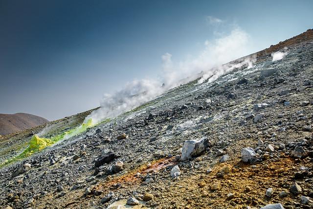 Fumarolas en la isla de Paramushir. Islas Kuriles. Mar de Ojotsk.