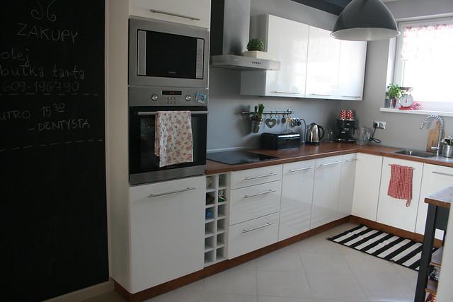 O, kuchnia Biało czarna z czerwonymi dodatkami  Ładne rzeczy! -> Kuchnia Bialo Czarna Z Drewnianym Blatem