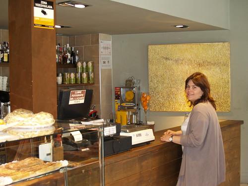 Elisabet Franquesa, responsable de Forn Franquesa i Coques de Perafita, a l'agrobotiga que l'empresa té a Perafita.