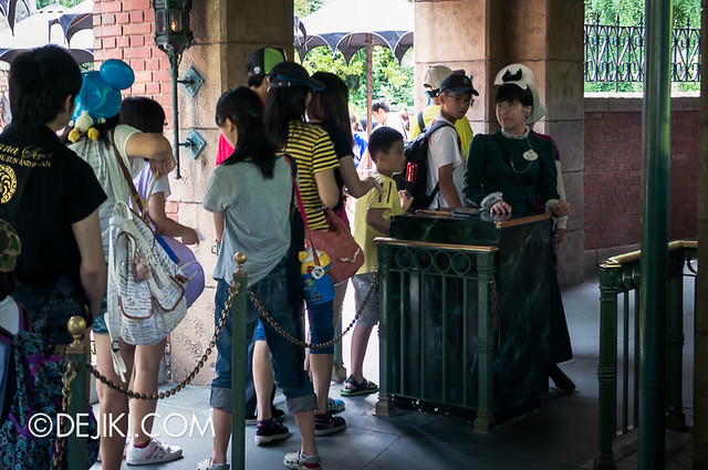 Tokyo Disneyland - Haunted Mansion Queue Merge