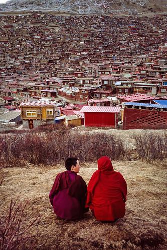 china leica trip travel houses people film 35mm asia view candid hill monk scene tibet summicron monastery journey mp sichuan asph gantz f20 tibetanbuddhism easttibet garze mydays nationalgeography sertha larunggar mydaysphoto