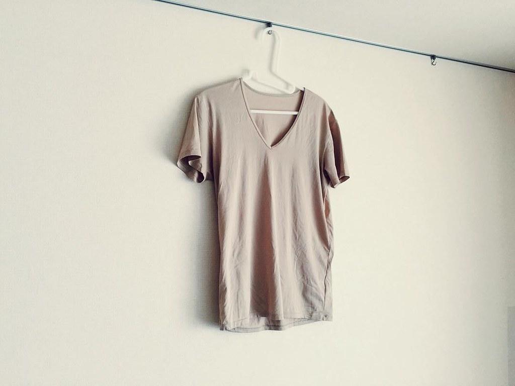 ユニクロのベージュのエアリズム半袖Tシャツ