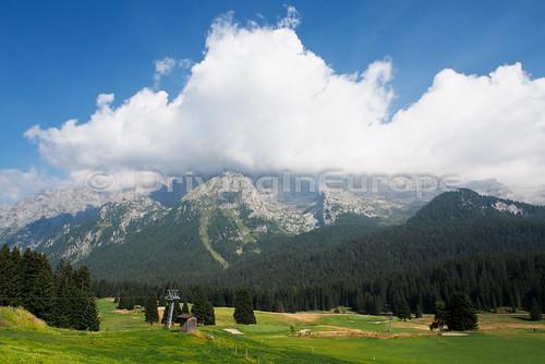 青空と白雲と緑が美しい光景