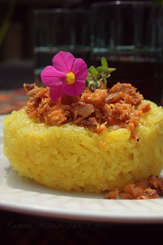 Ketan Serundeng Ikan / Glutinous Rice Cake with Fish Shreded Topping by Fitri D. // Rumah Manis