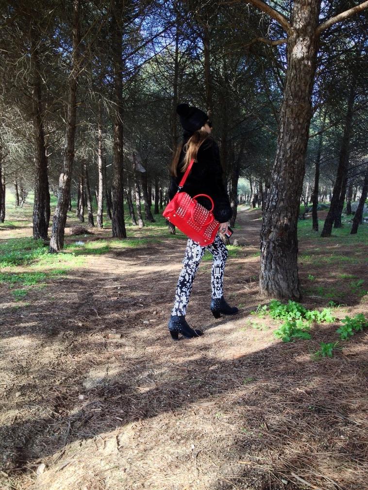 lara-vazquez-madlula-blog-winter-2012-red-bag