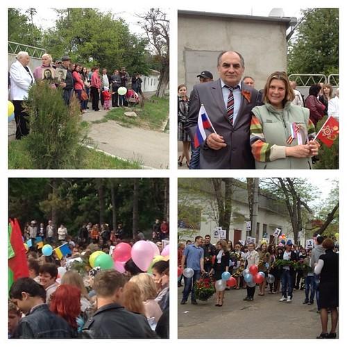Демонстрация в Старом Крыму 9 мая. Прошу обратить внимание - был и украинский флажок, и никто за это не притеснял человека, который с ним пришел. Были поздравления от всех народов, концерт на всех языках, и все было мирно, трогательно и дружно! УРА!!!! #с