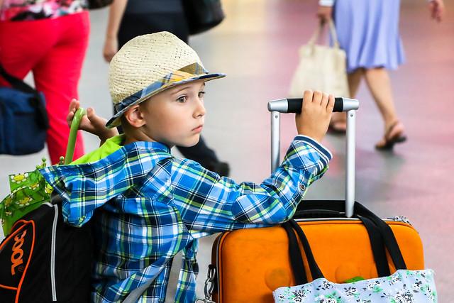 Lovely little traveler in Moskovsky railway station, Saint Petersburg, Russia サンクトペテルブルク、モスクワ駅の小さな旅人