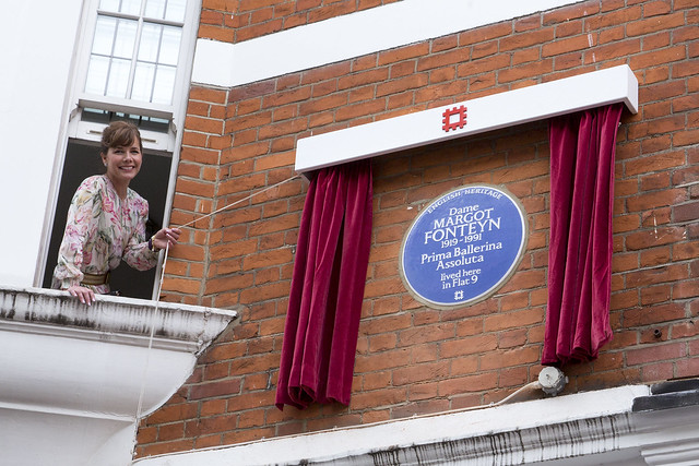 Darcey Bussell unveils the blue plaque for Margot Foteyn © English Heritage, 2016