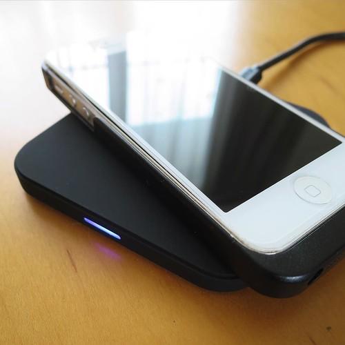 置くだけ充電。手前のとこが光ってますね。ワイヤレス充電対応のiPhoneケースを使ってます。