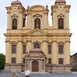 Vor dem Temeswarer Dom, Kathedrale des Bistums Temeswar und zweitgrößter barocke Sakralbau in Südosteuropa.