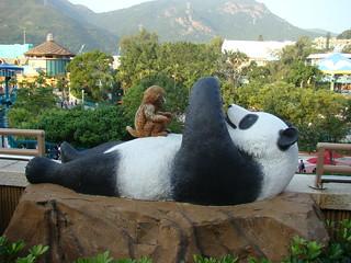 161 Bij gebouw met panda's en apen