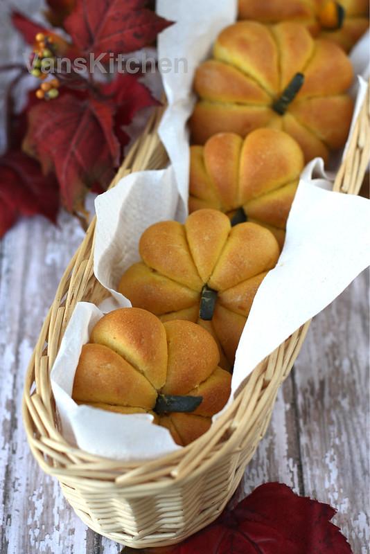 Pumpkin buns (Bánh mì bí đỏ)