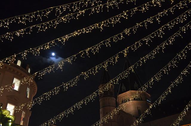 Mainz Weihnachtsmarkt moon through the lights