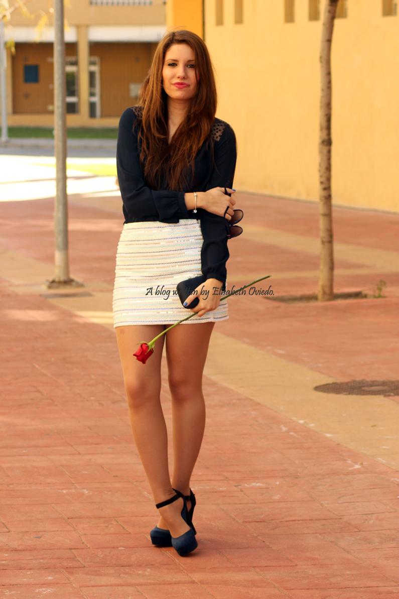 falda-blanca-con-lentejuelas-y-blusa-azul-HEELSANDROSES-(5)