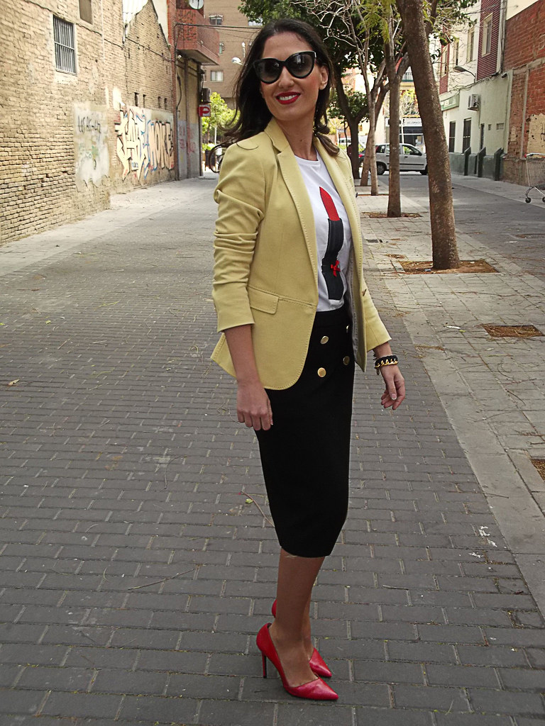 Lady, camiseta, Little Id, pintalabios rojo, falda negra navy, botones dorados, stilettos rojos, blazer amarillo pastel, lady, shirt, Little ID, red lipstick, black navy skirt, golden buttons, red stilettos, pastel yellow blazer, Zara, Massimo Dutti, Prada, Carolina Herrera