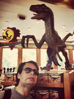 Selfie con extraño... Velociraptor just walking past me... #inf115 #flickd14 #d24