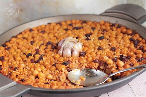 Arroz al horno con garbanzos y pasas www.cocinandoentreolivos.com (3)
