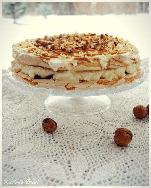 Tort bezowy z bitą śmietaną i karmelem