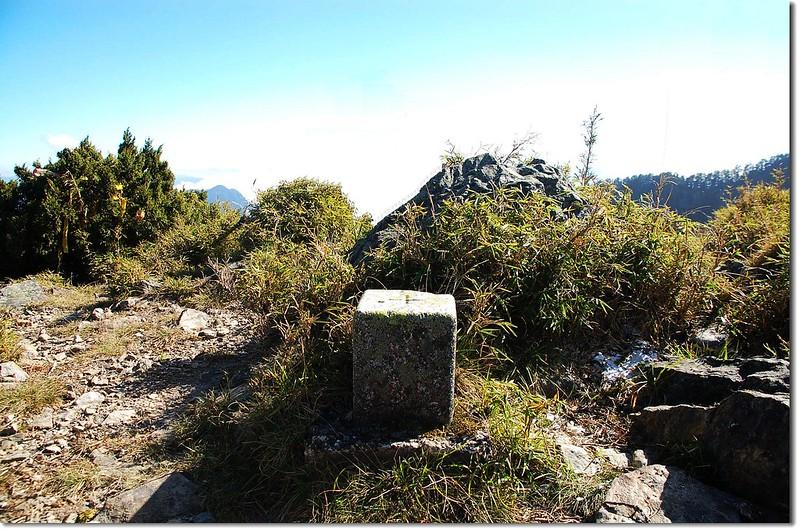頭鷹山三等三角點(# 6612 Elev. 3510 m)
