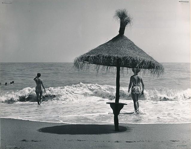 Playa de Torremolinos (Málaga), 1961. Fondo fotográfico del Archivo Fotográfico de la Dirección General de Turismo (1951-1992)