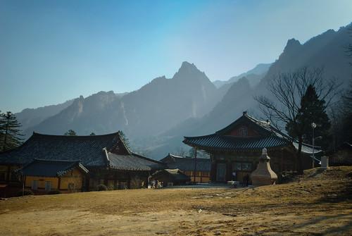 mountains temple day cloudy buddhist d200 southkorea seoraksan seoraksannationalpark baldsky nearsokchocity taebaekmountainrange sinheungsabuddhisttemple