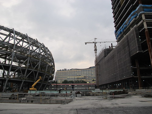 施工中的台北大巨蛋及周邊建築,後方為松菸誠品館。攝影:郭政佑