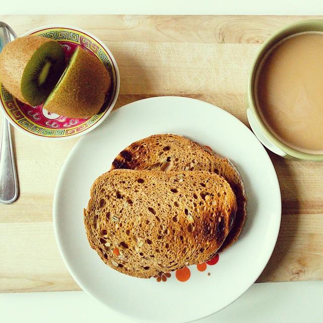 petit déjeuner sencillo #cafeaulait #kiwi #panintegral #migraña