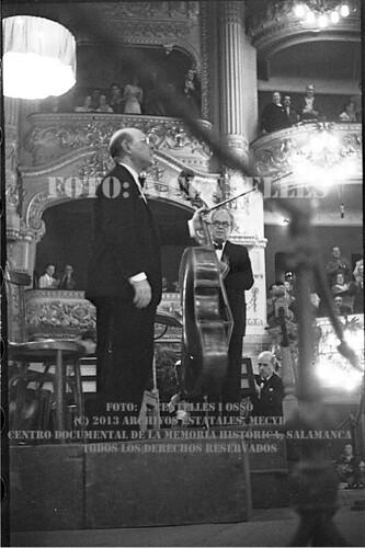 Barcelona, 12 de julio de 1937, el maestro Pau Casals dirige un concierto extraordinario con motivo del Congreso Internacional de Escritores. by Octavi Centelles