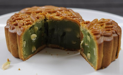 Park Hotel's Golden Jade with Duo Nuts (Vegetarian) Mooncake - peering inside