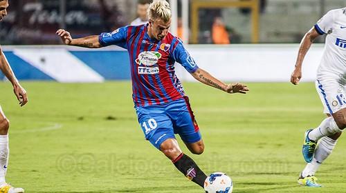 Maxi Lopez, in azione contro l'Inter