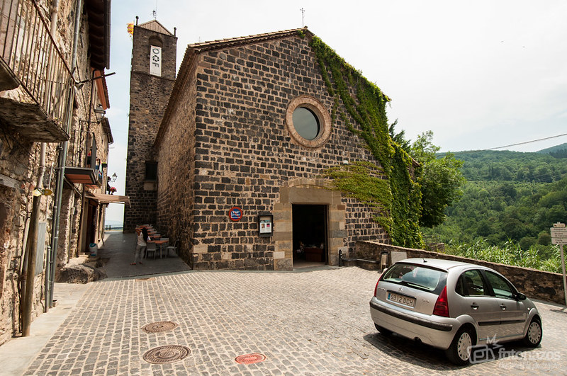 Castellfollit de la Roca, un pueblo colgado al borde de un precipicio