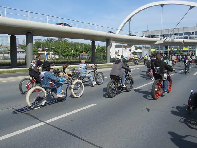 Der Vorteil von so einem Fahrrad ist, das es keinen TÜV braucht. Die Dschobbr-Fraktion!
