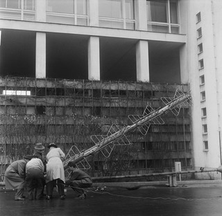 Moving a television antenna onto the Stadium Tower in Helsinki, 1956.
