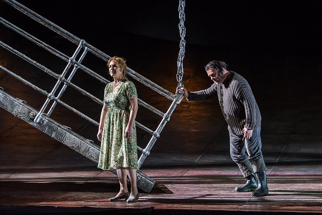 Adrianne Pieczonka as Senta and Bryn Terfel as The Dutchman in Der fliegende Holländer © ROH 2015. Photo by Clive Barda