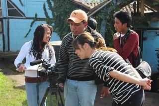 Jóvenes aprenden sobre manejo de cámara