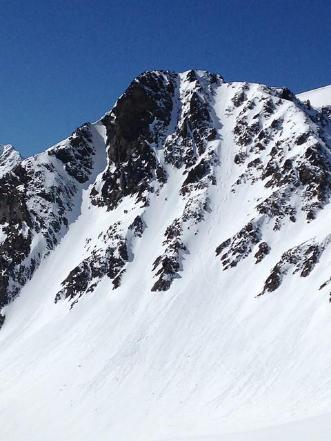 Descente du couloir de l'Aiguille Noire par un skieur et snowbordeur