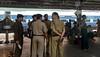 Police in railway station 很多警察,后来得知印度铁道部长和我们在同一趟车上