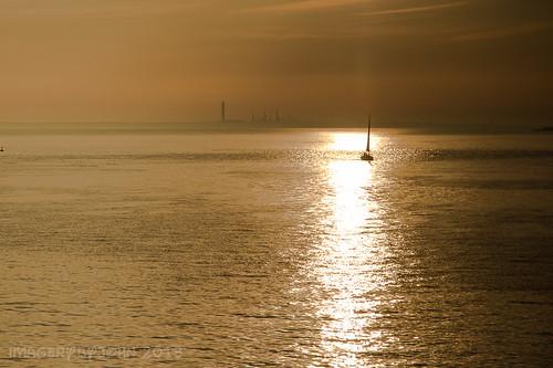 light sunset sun luz sol sailboat de golden do sailing flat yacht sails calm solent chimeneas setting puesta calma chimneys shimmer brilho velero dorada pôr veleiro dourada fawley chaminés plana navega