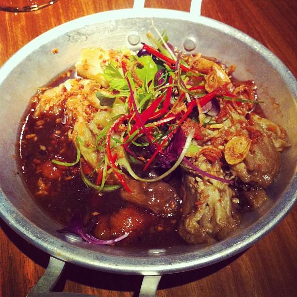 Grillad thai aubergine, gulbönsdressing, asiatiska svampar, rostad lök. Så sött och gott! #vadveganeräter på Farang.