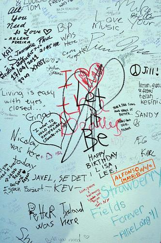 Pintadas sobre el muro de los Abbey Studios en Abbey Rd abbey road - 11757174076 4cd011d261 - Abbey Road de Londres, el paso de peatones más famoso