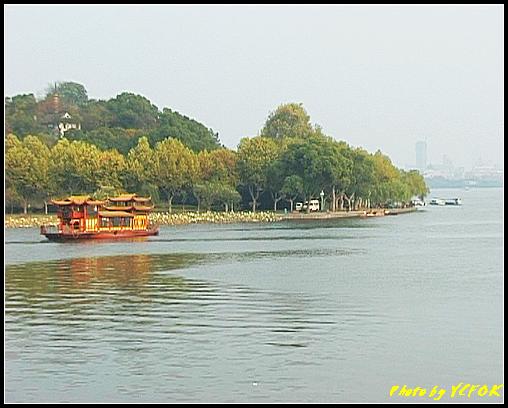 杭州 西湖 (其他景點) - 246 (在西湖十景之 蘇堤上的誇虹橋望向西湖 背景是孤山)