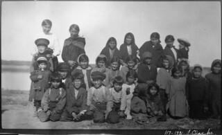 Children on their way to school in Hay River, Northwest Territories, 1931 / Enfants en route pour l'école à Hay River (Territoires du Nord-Ouest), 1931